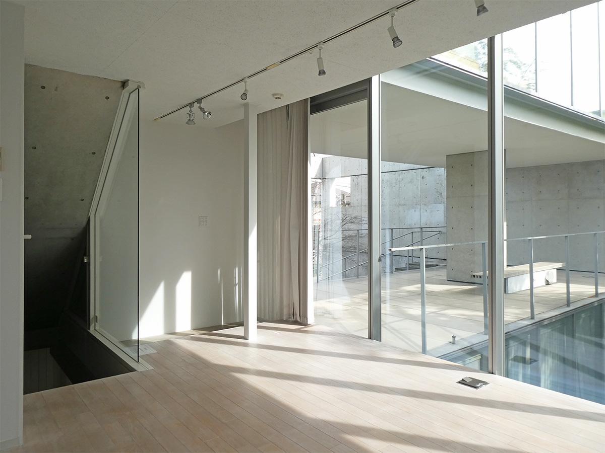 室内から玄関方向、室内と共用部の回廊の関係。ブラインドを閉めればそ視線はそこまで気にならないかと