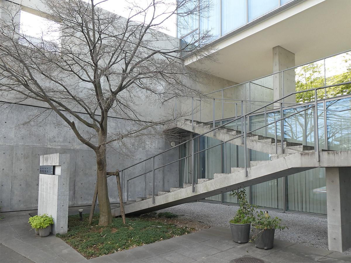 この階段を上がって2階の回廊へ。建物は全5戸のゆとりある造り