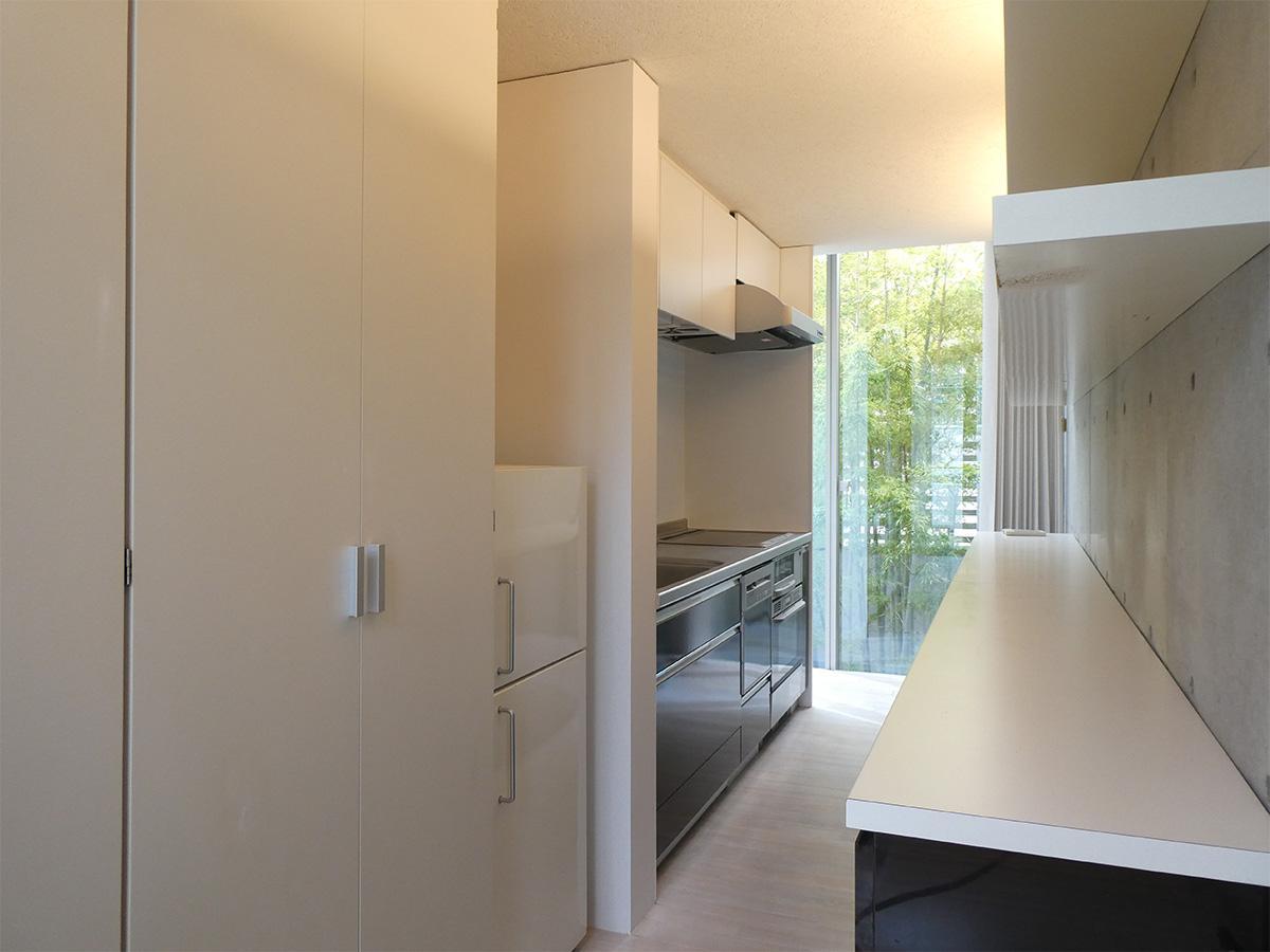キッチン。手前の扉の中は洗濯機置き場