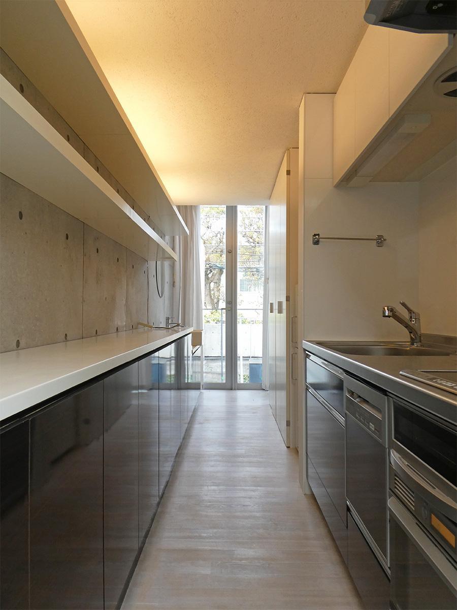 キッチン背面にも収納がずらっと。キッチン家電もしっかりと置けます