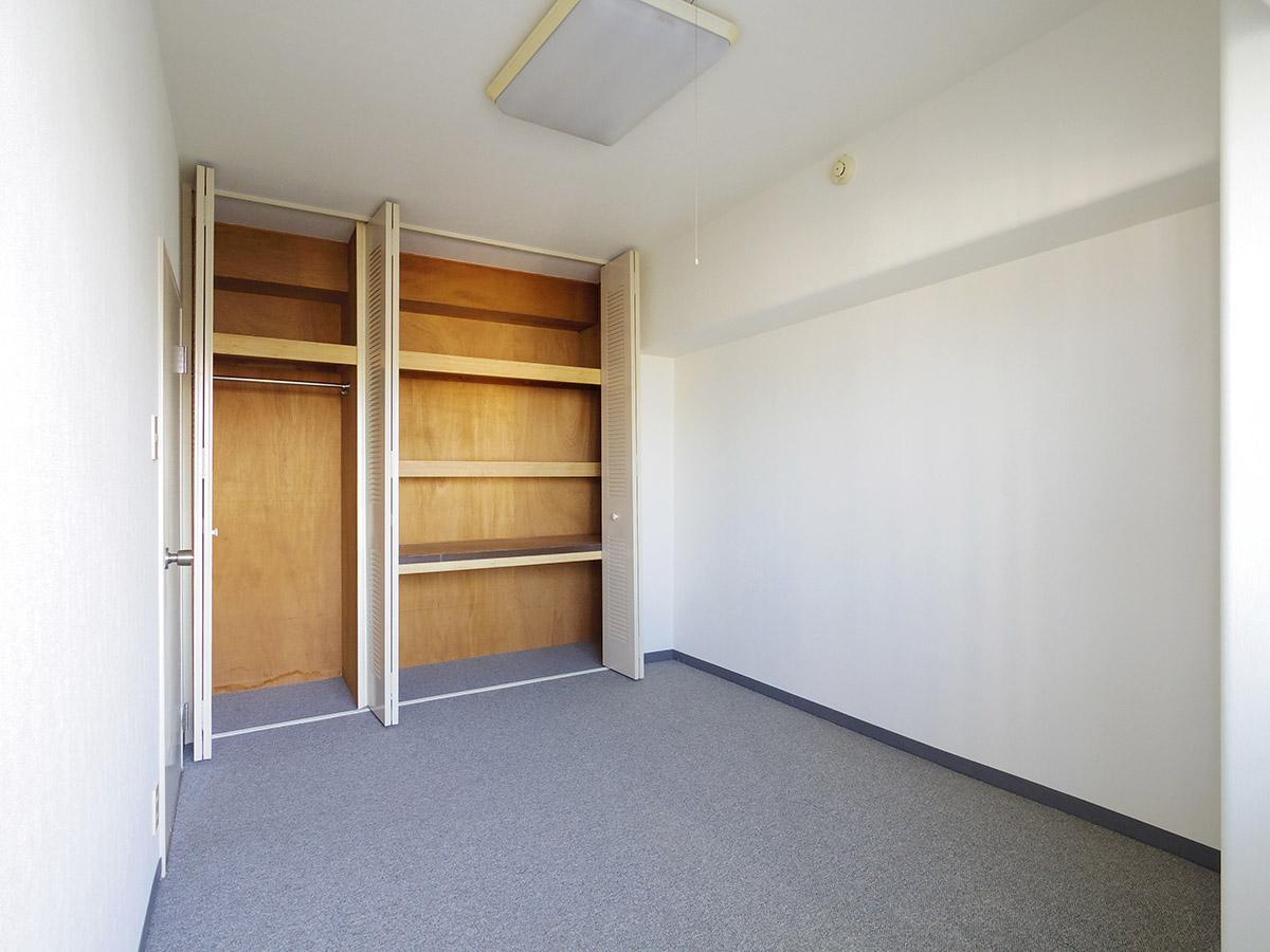 収納の扉はスチール製