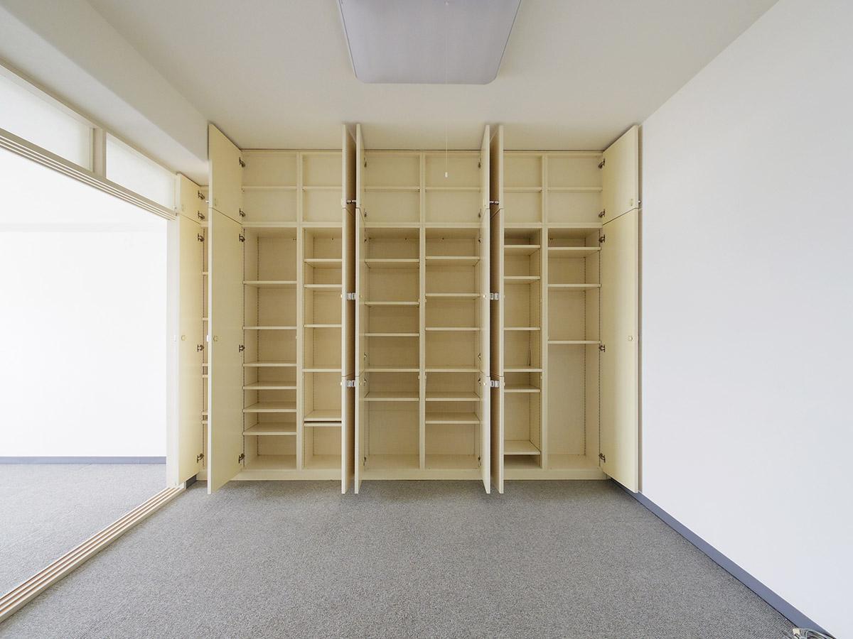 ダイニングの収納。棚は好みの高さに変えられる