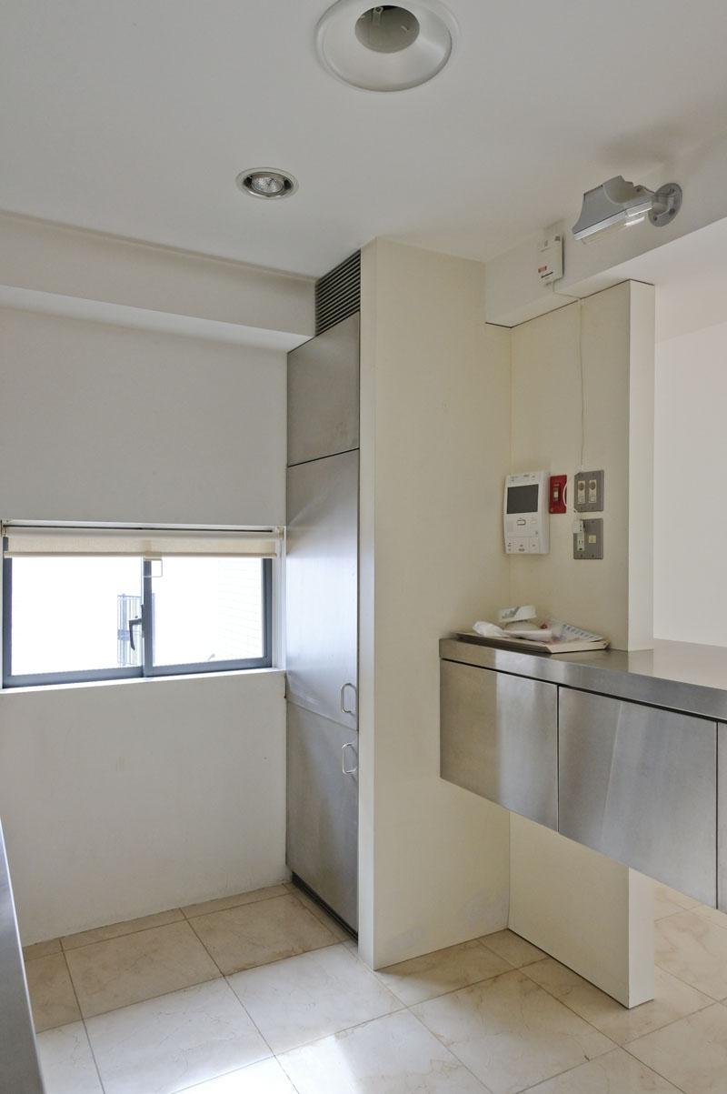 こちらが冷凍冷蔵庫。中段の冷蔵庫部分が使用できません(撤去不可)