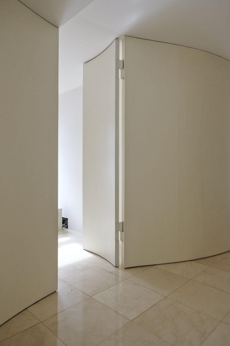 扉まで曲がっています