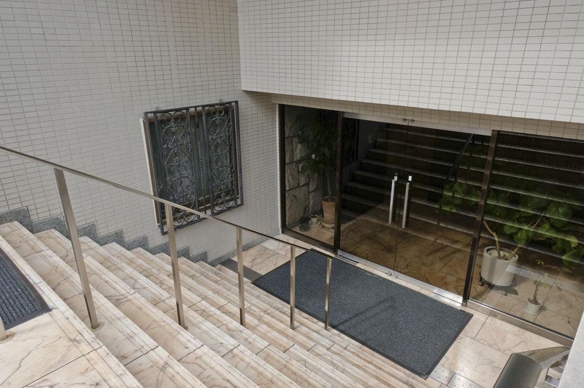エントランスは階段を下っていきます