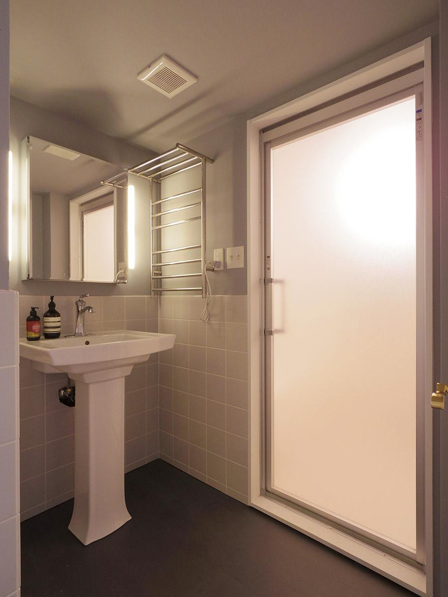 ホテルライクな洗面・脱衣所。奥にはタオルウォーマーを設置