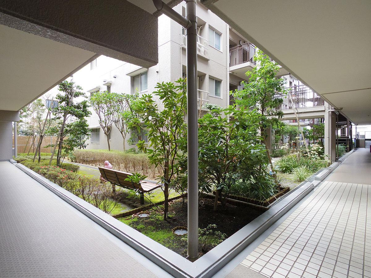 中庭があり開放的な共用部