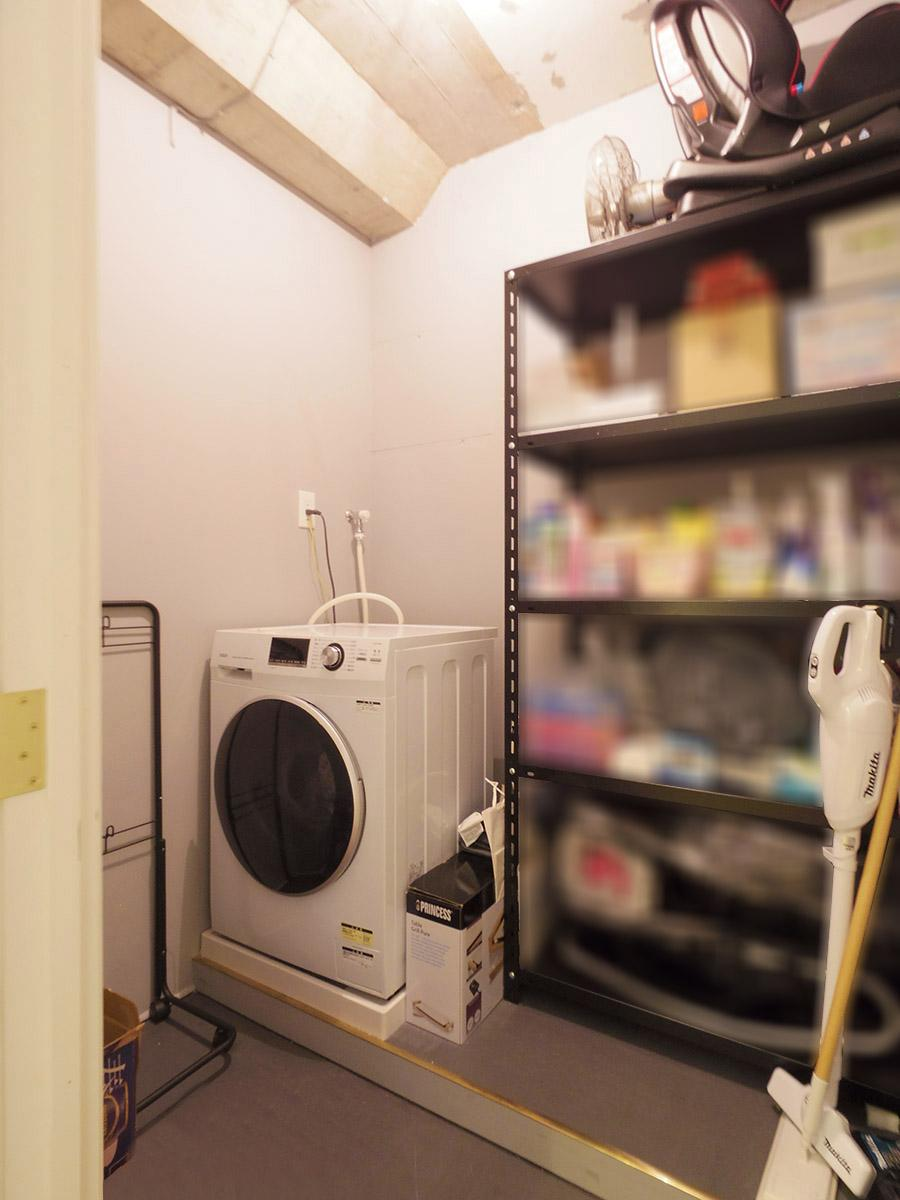 洗濯機置き場は物置きスペースも兼ねているため広々としている