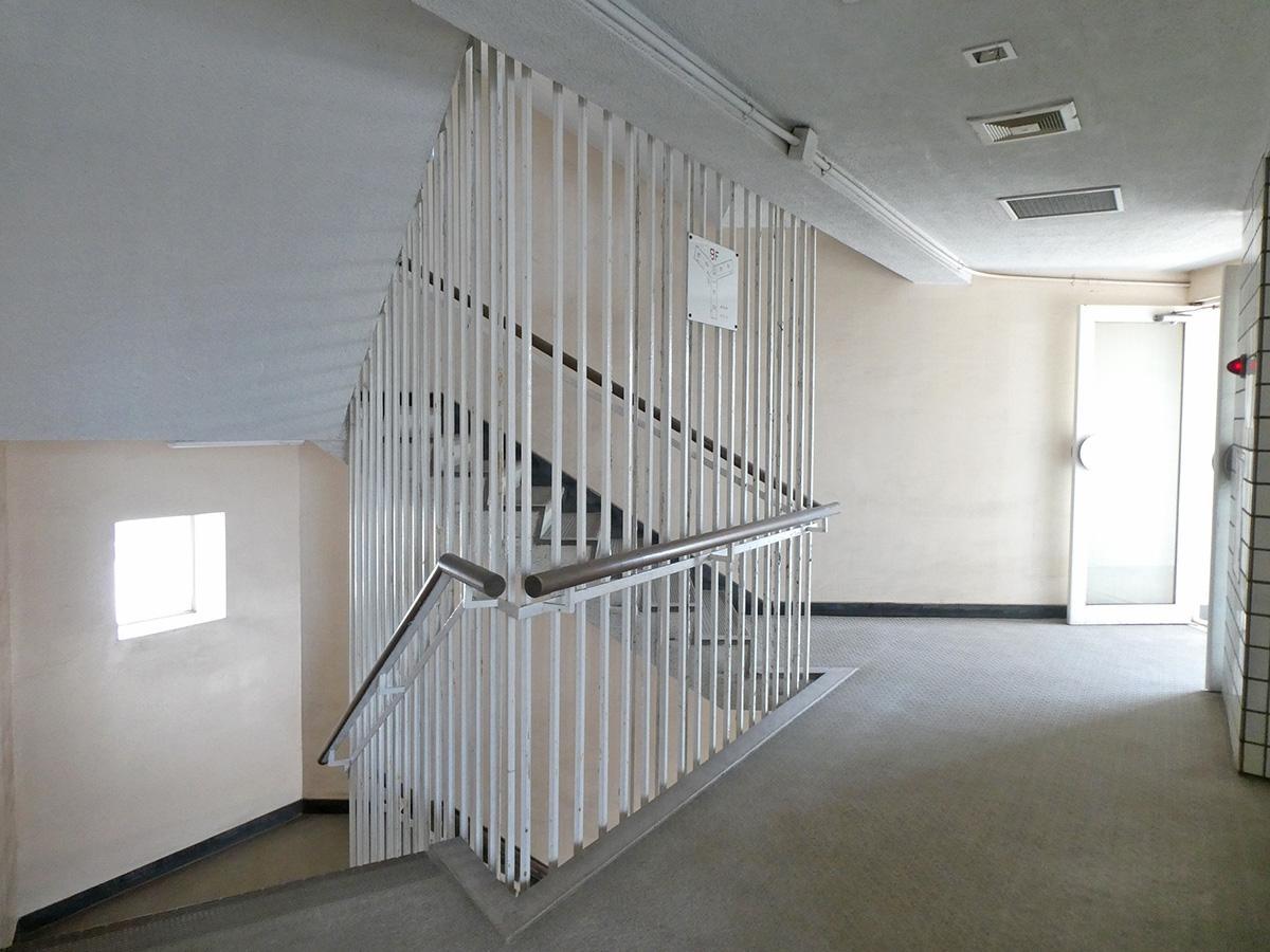 共用部。階段が美しい。下を覗くとひやっとしますが