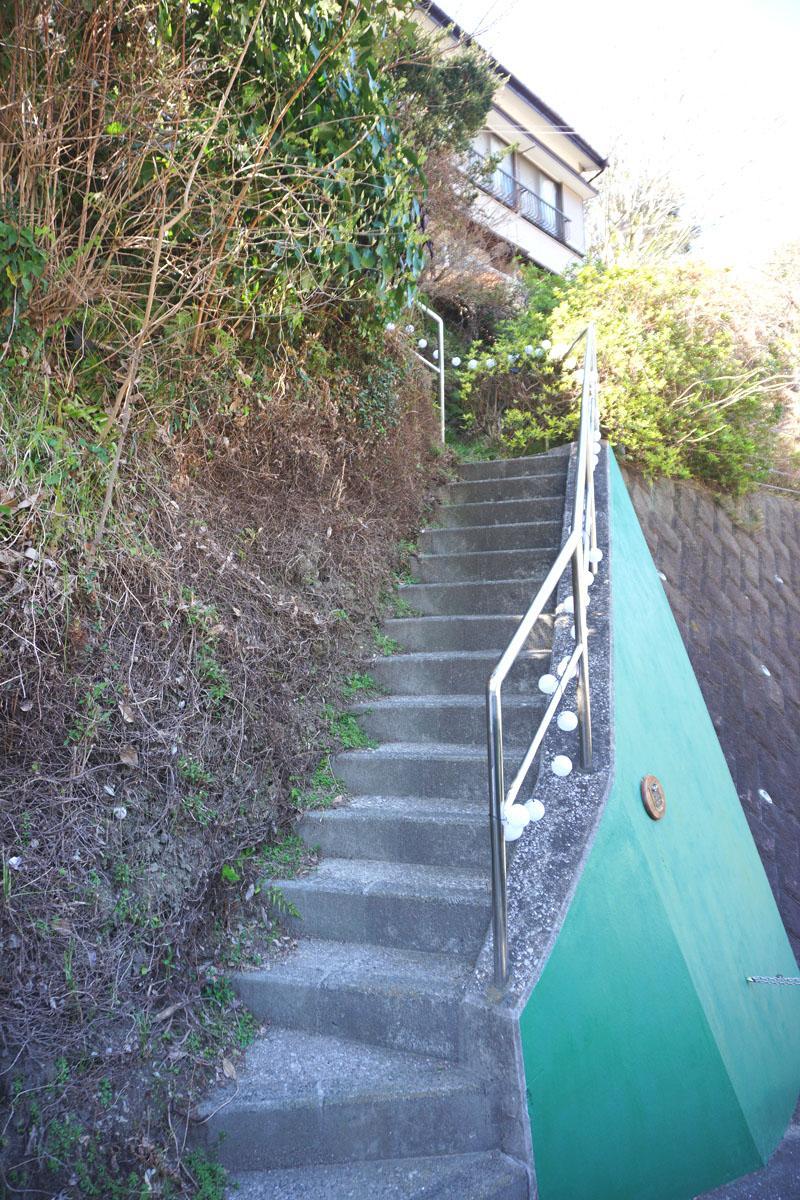 小さな階段を上がる