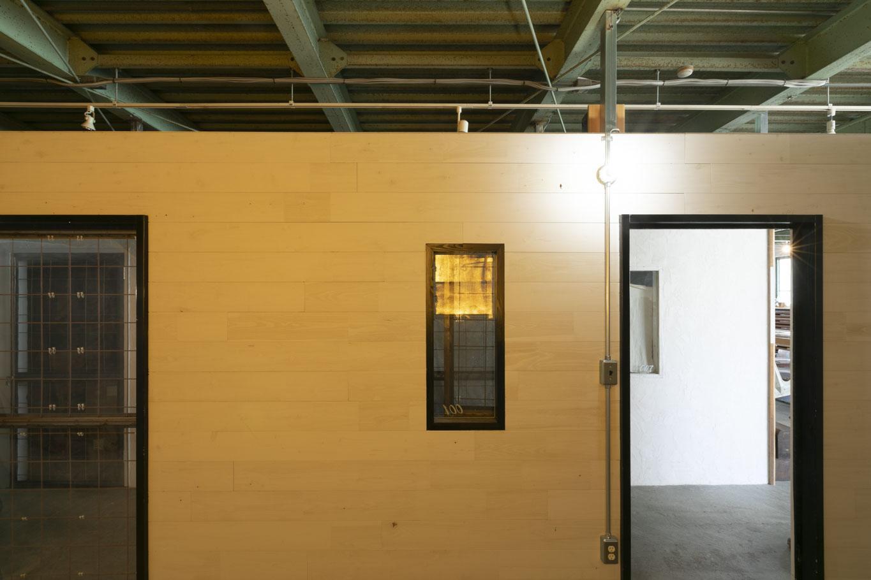 ドアが2箇所あります、天井は空いているので高さがあって開放的