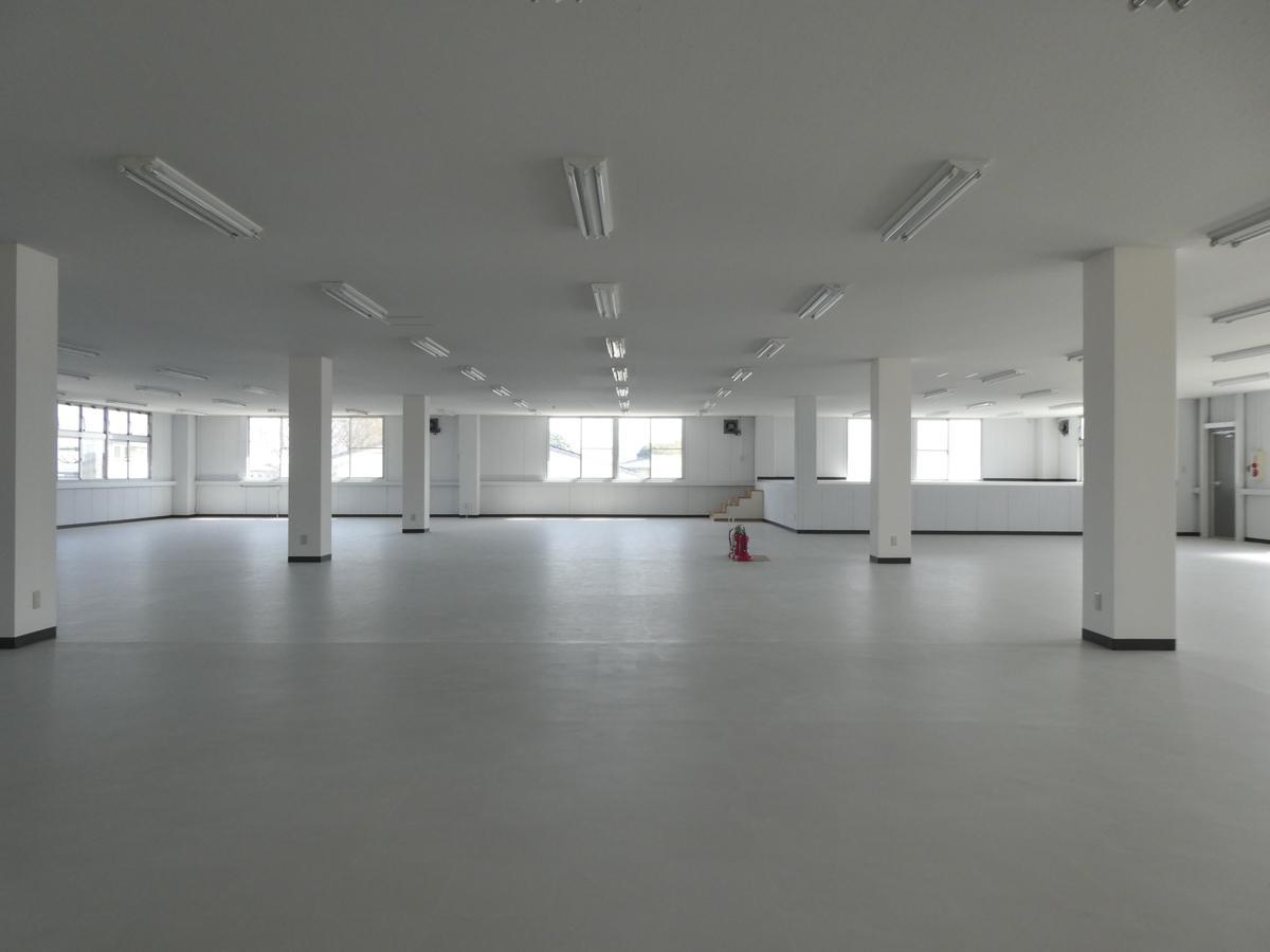 2階は事務所仕様。右奥は高さ1mほどの小上がりスペース