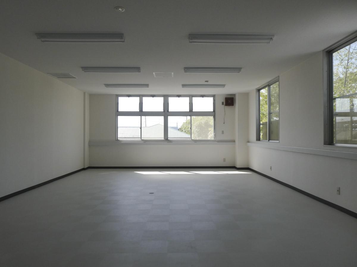 広い方の会議室は約53㎡。隣の敷地の緑が見える