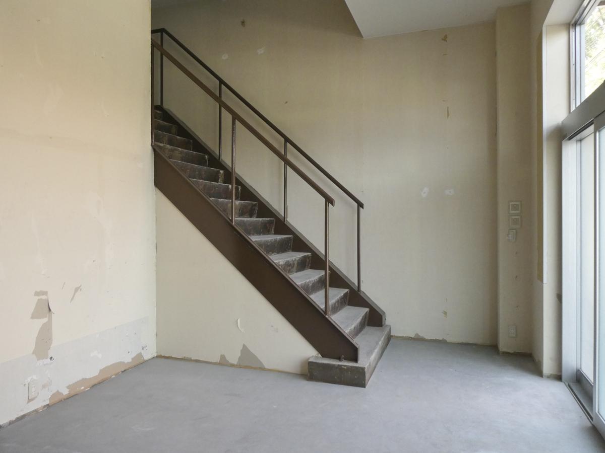 階段は雰囲気のある感じ