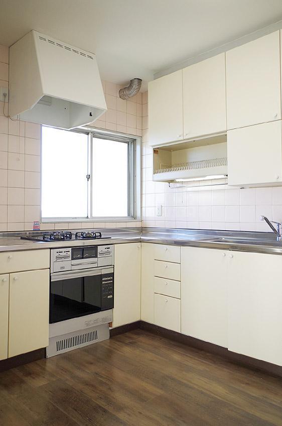 L字型のキッチンは広々していて料理が捗りそうです