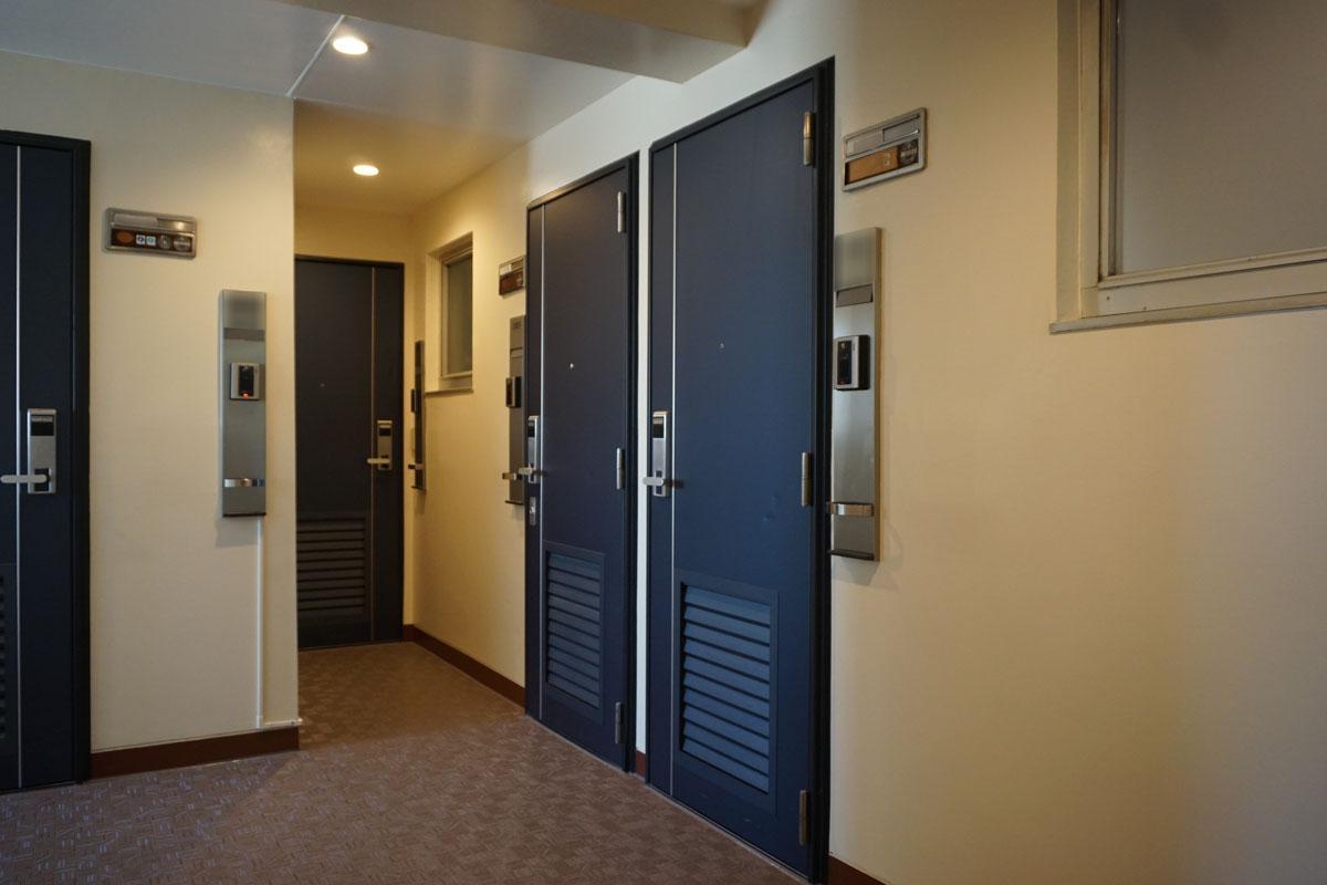 1フロア7世帯程度。ドアは数年前に交換済み、今回の部屋は右から2番目