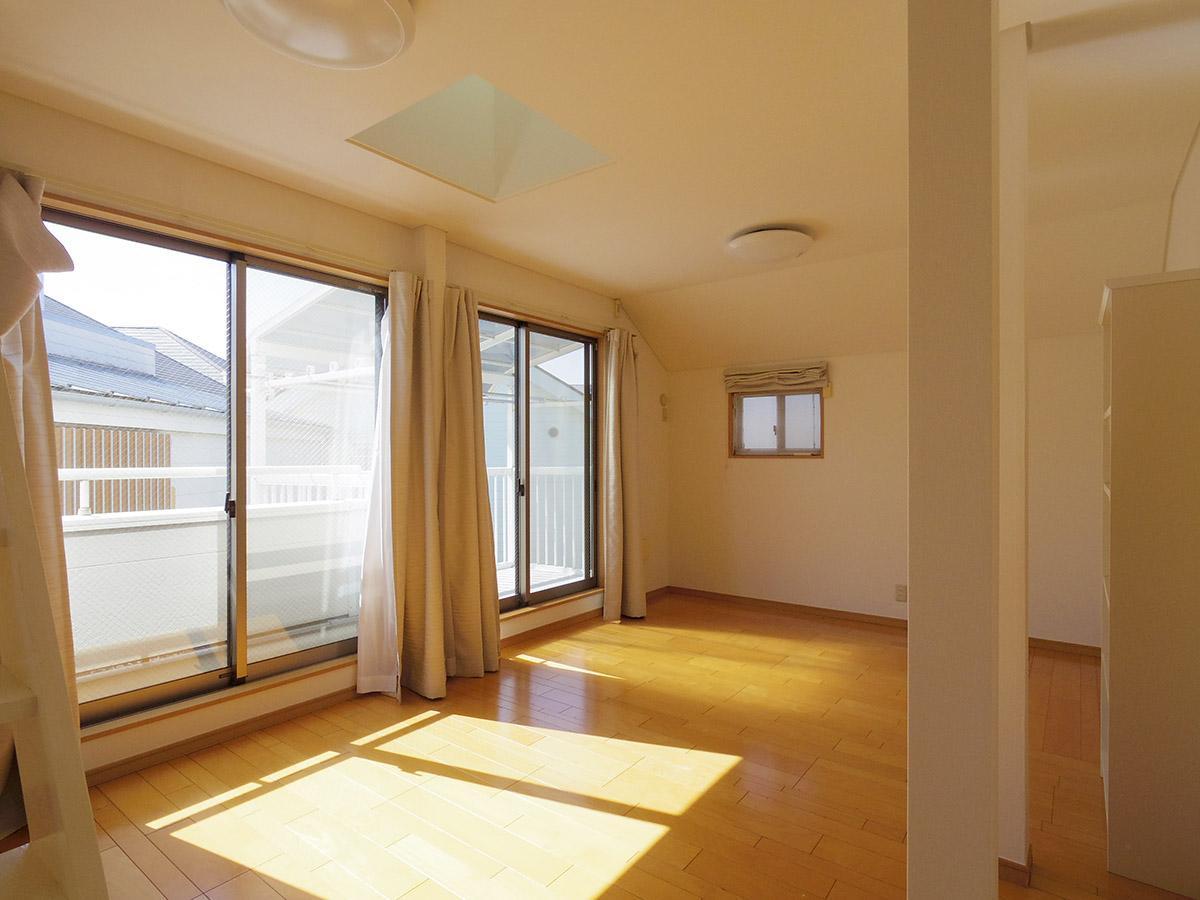 太陽光がたっぷり入るポカポカとした10.3畳の洋室