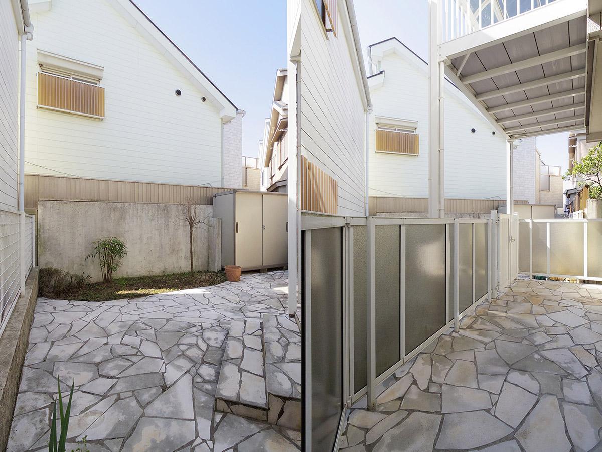 建物の通りと逆側にはテラスとプライベートガーデン