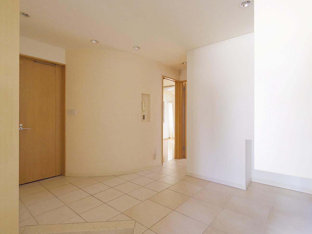 タイル張りの玄関ホール。曲面の壁で柔らかい印象に