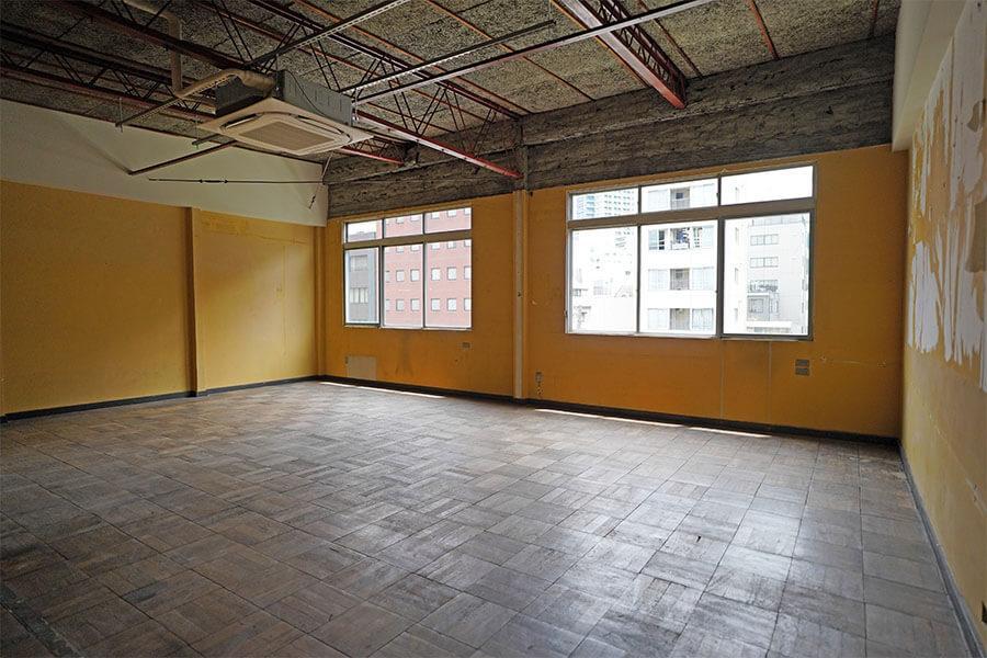 402号室。壁は黄色なので、塗り直しが必要そう
