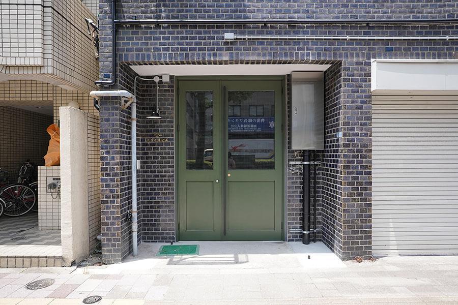 エントランス。うぐいす色の鉄製ドアがいい感じ