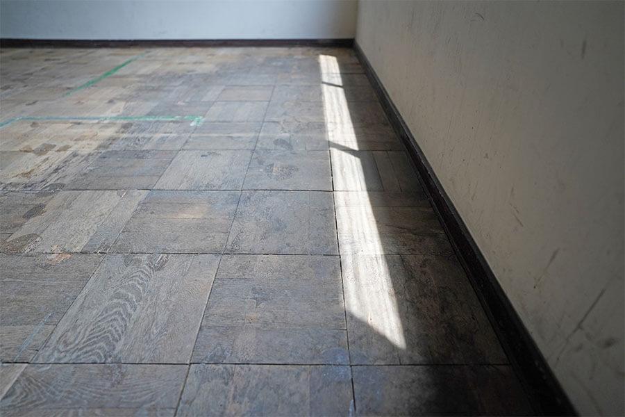 4階の廊下、区画内の床はこんな感じのパーケットフローリング