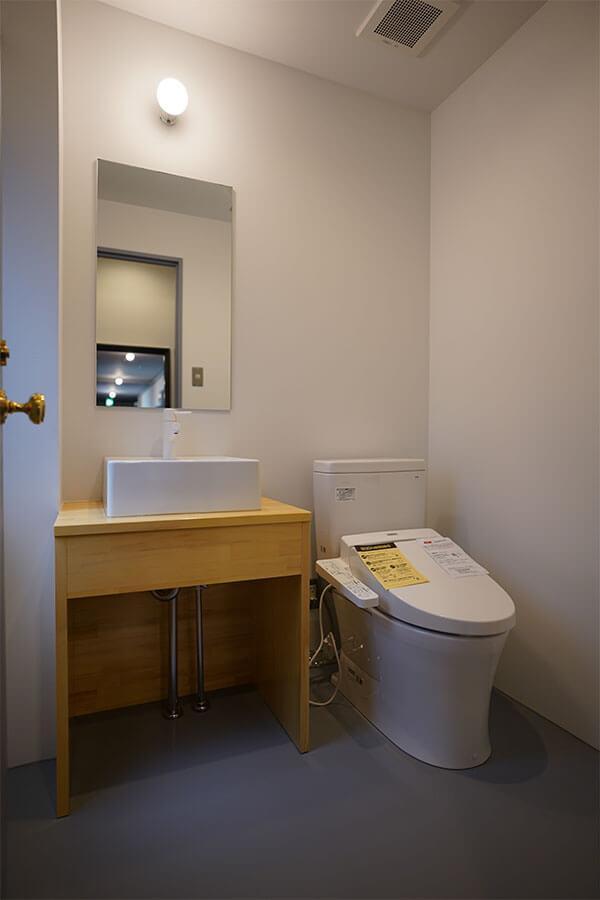 女性用トイレ。トイレはつくり直したので清潔感あります