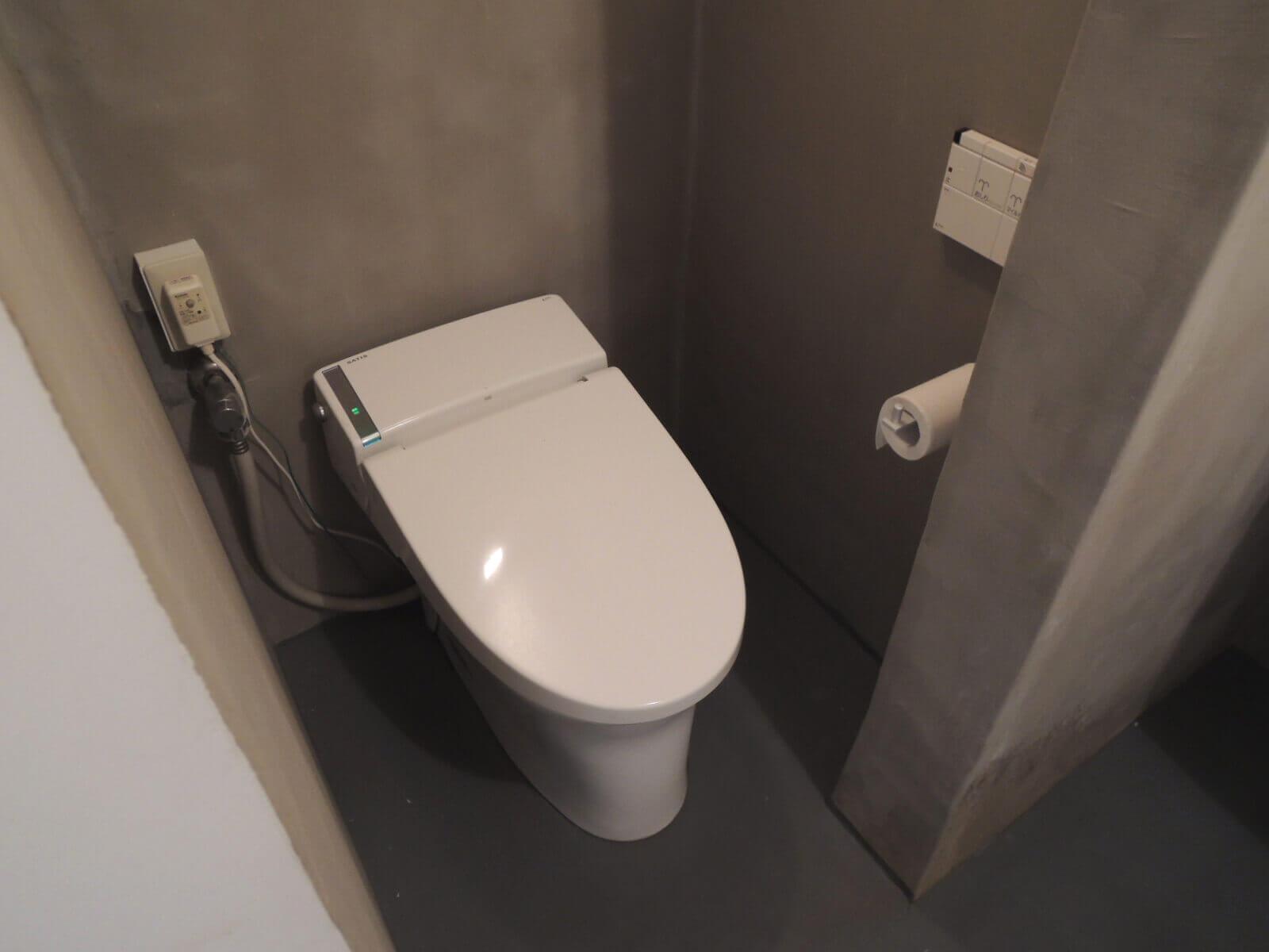 バスルーム内でゆるく仕切られたトイレコーナー