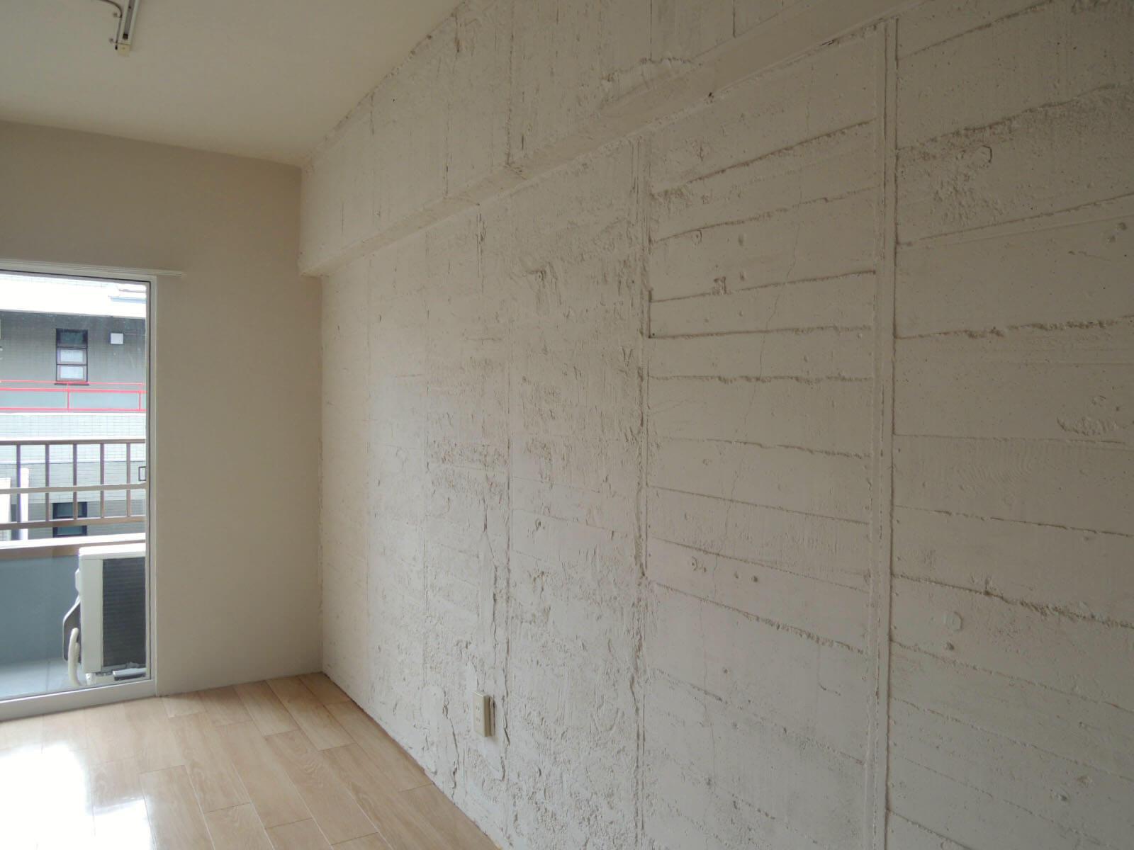 こちら側の壁は板目の荒いテクスチャーがたまりません