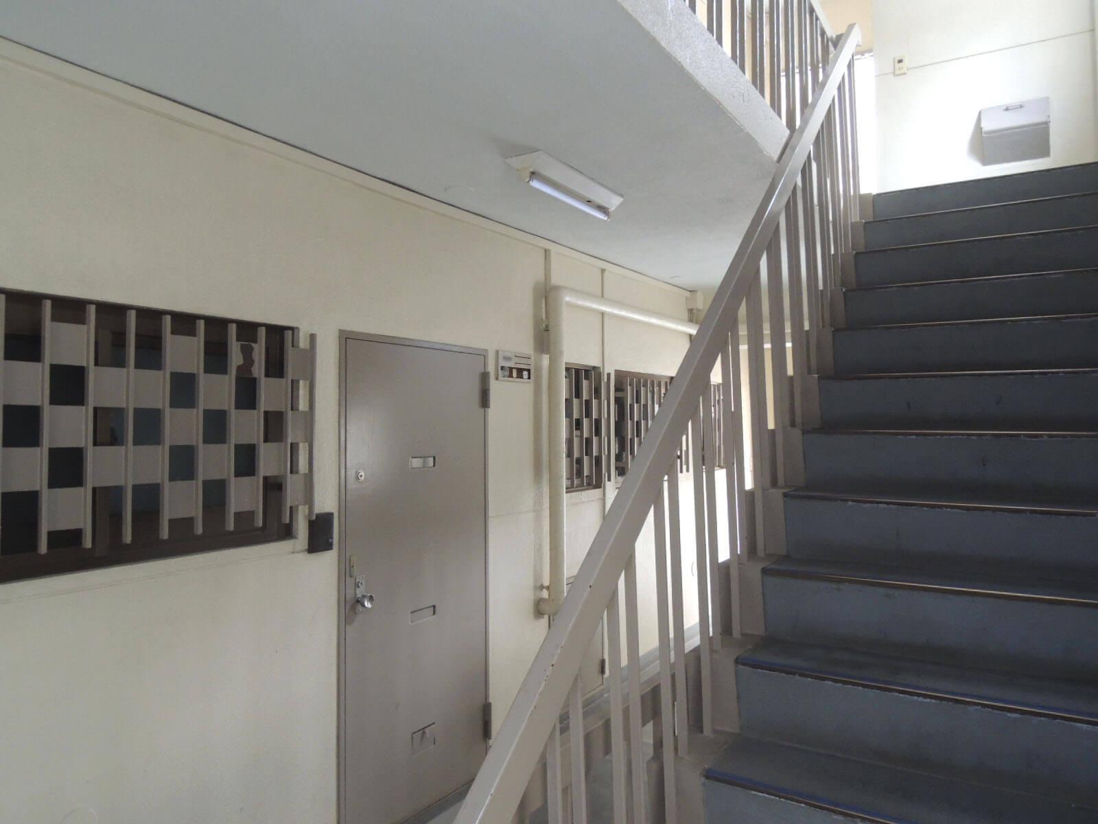 階段で4階へ、エレベータなどありませぬ!