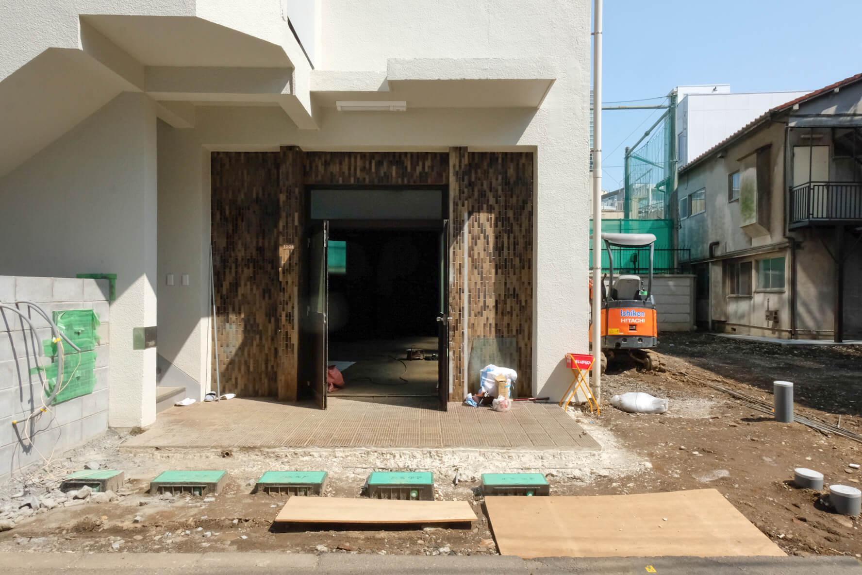外観などの修繕が入っています。手前の土部分はコンクリートで埋める