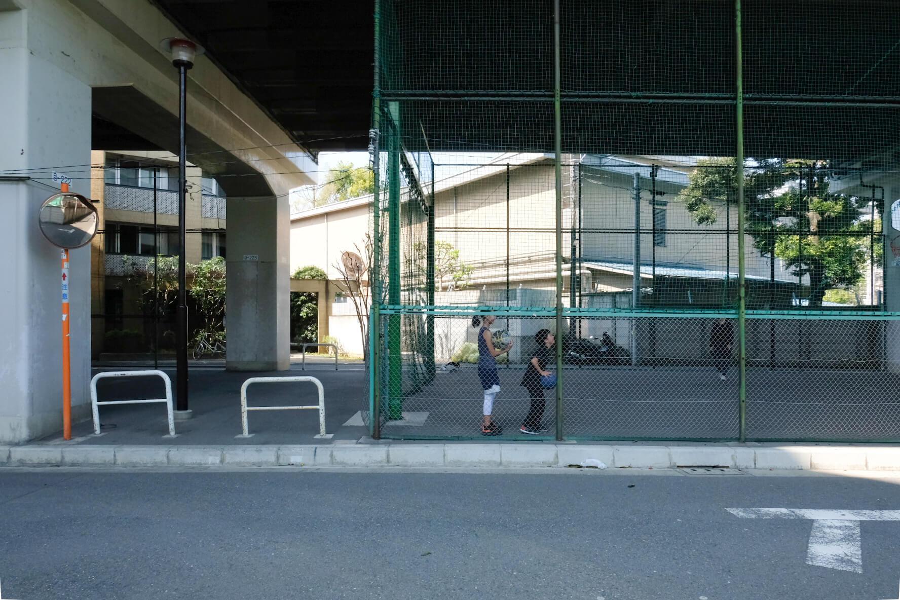 すぐそばには、高架下の公園があります。子どもたちがバスケットボールで遊んでいました