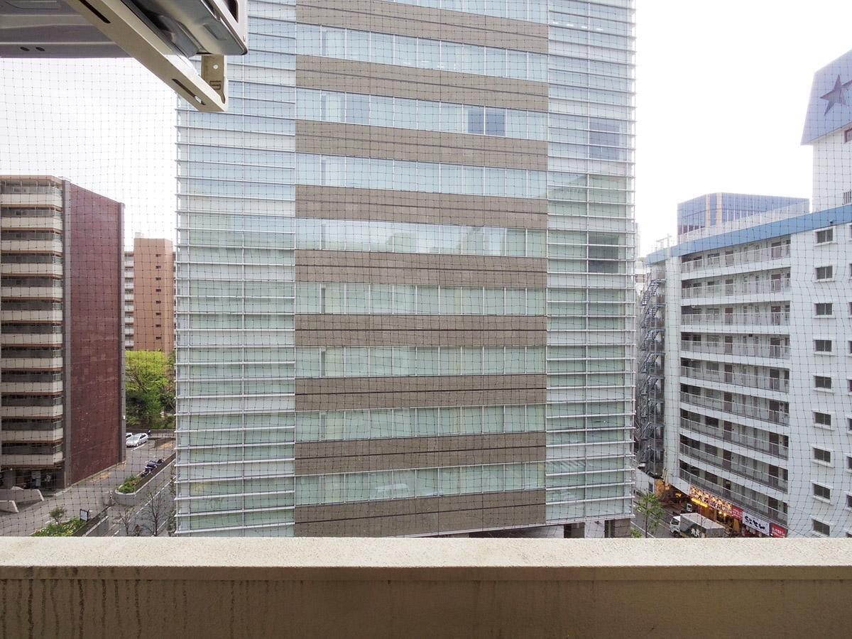 バルコニーからの眺望。向かいの建物とは結構距離がある(7階)