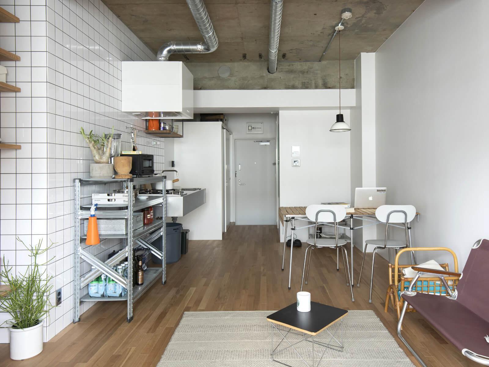 コンクリートの天井 + キッチンの白タイル + オーク床の組み合わせで、リズミカルな空間を演出(7階)