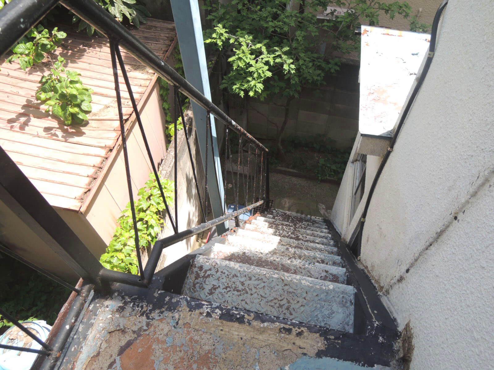 古びた外階段を使って2階へ。なかなかの急傾斜です。