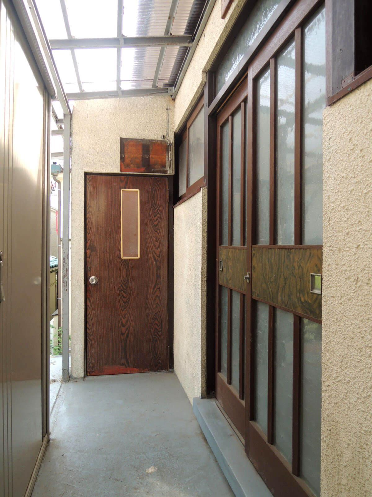 2階外廊下。部屋ごとに玄関があるアパート式。