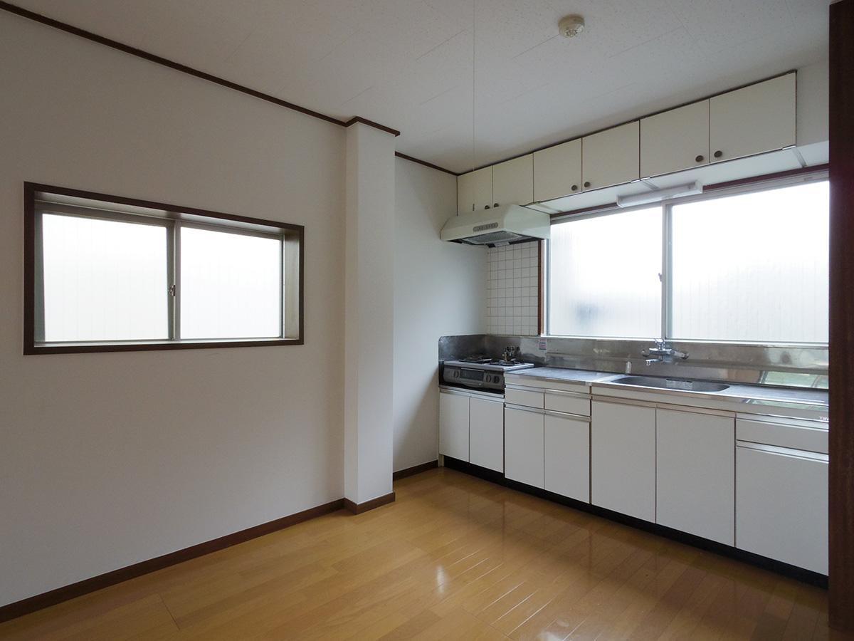 窓があって明るいダイニングキッチン