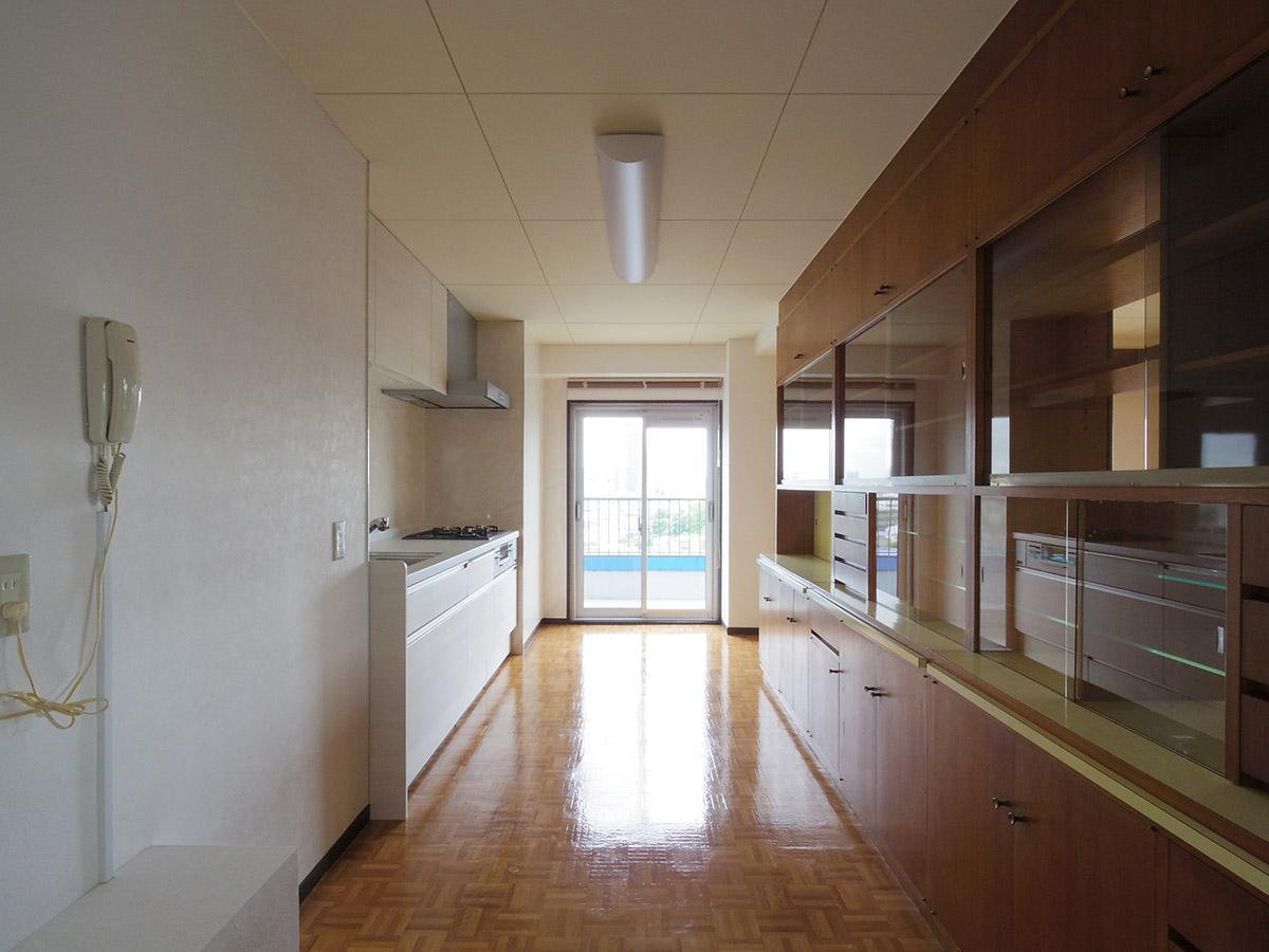 キッチンとダイニングの間にある食器棚もこだわりの仕様