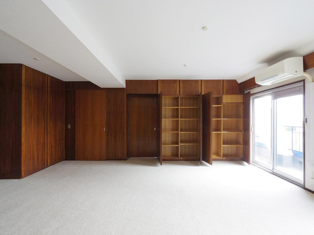 20畳の洋室.ヴィンテージのチーク材が渋い!