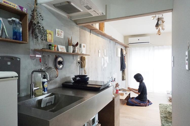 暮らしかたのイメージ。壁に塗装をし、モルタルのような雰囲気に。キッチンは今回のお部屋と同じステンレスのもの