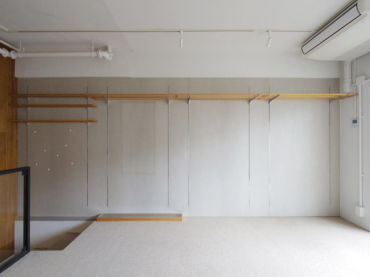 5階洋室。北側の壁は一面収納棚が設置済み