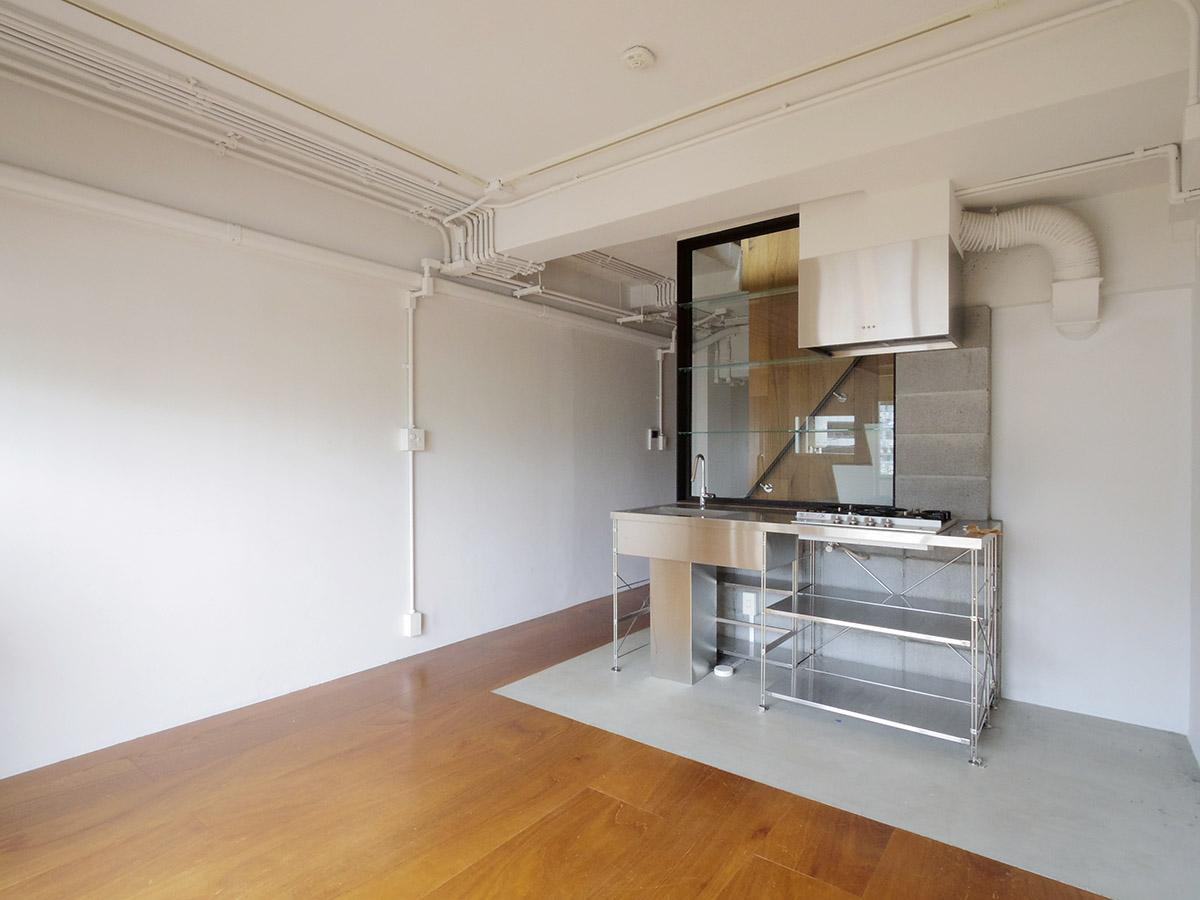 4階LDK。キッチン部分のみをモルタルでゾーニング