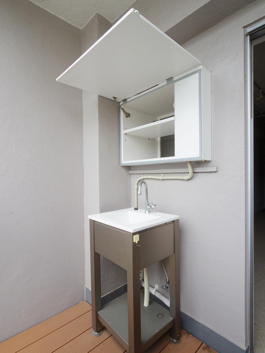 5階バルコニーには室内とつながる収納と水栓付き