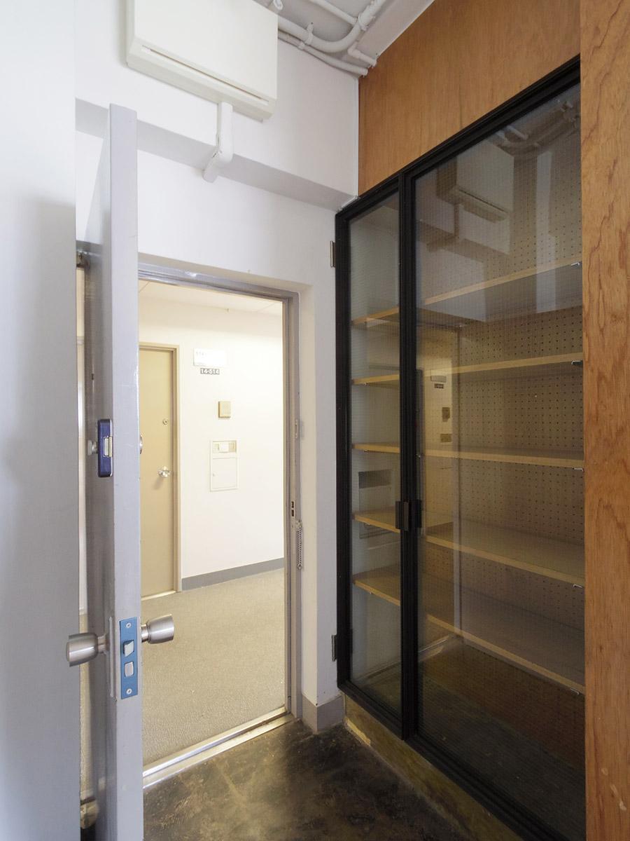 玄関は土間仕上げ。下駄箱のガラス扉がカッコイイ