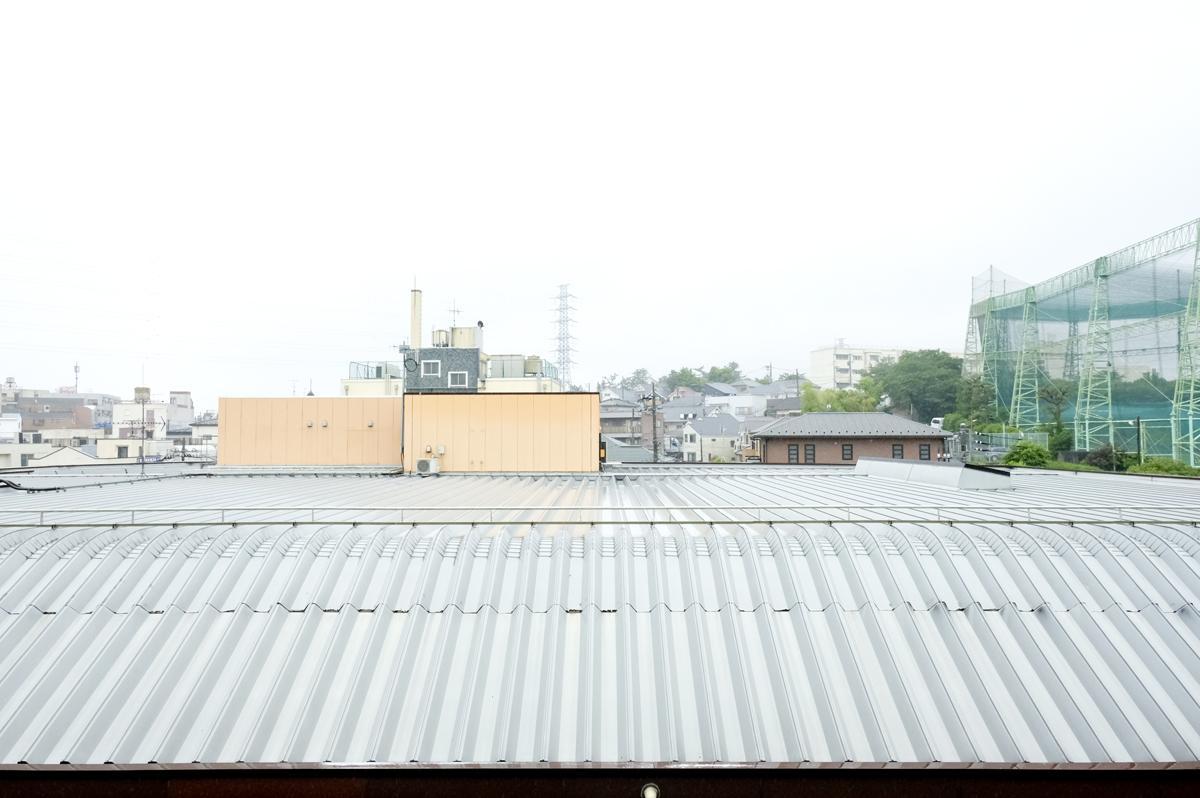 目の前の眺め。眼下に広がるのは、駅舎の屋根