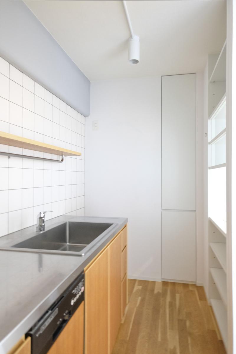 冷蔵庫置き場は若干小さいかも。奥に見えるのは縦に長いキッチン収納