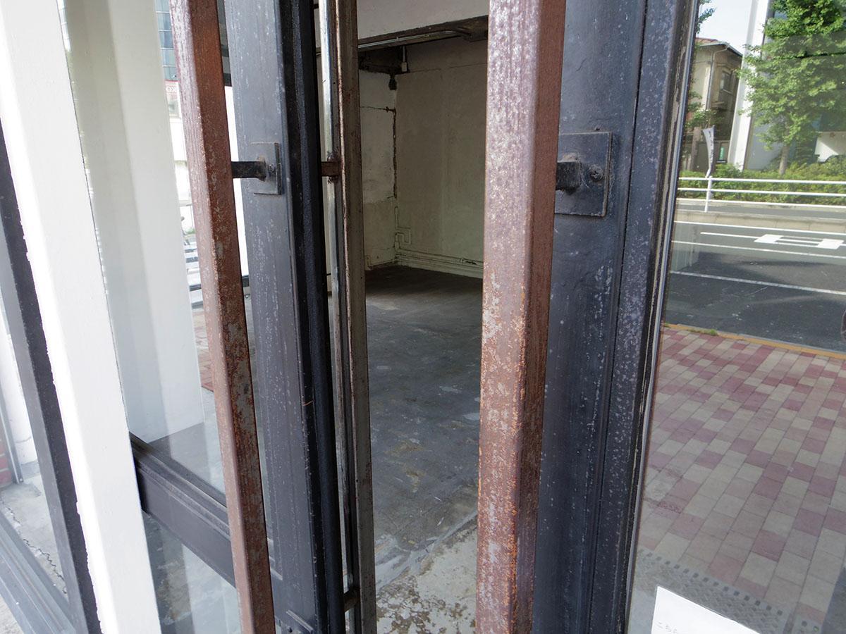 101号室のサッシやドアはスチール製。使い込まれていいアジ出てます