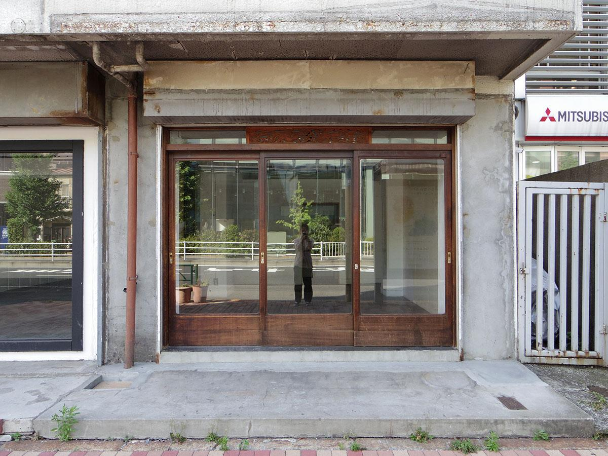 コンパクトな102号室は打って変わって、アンティーク感ただようレトロな木の建具