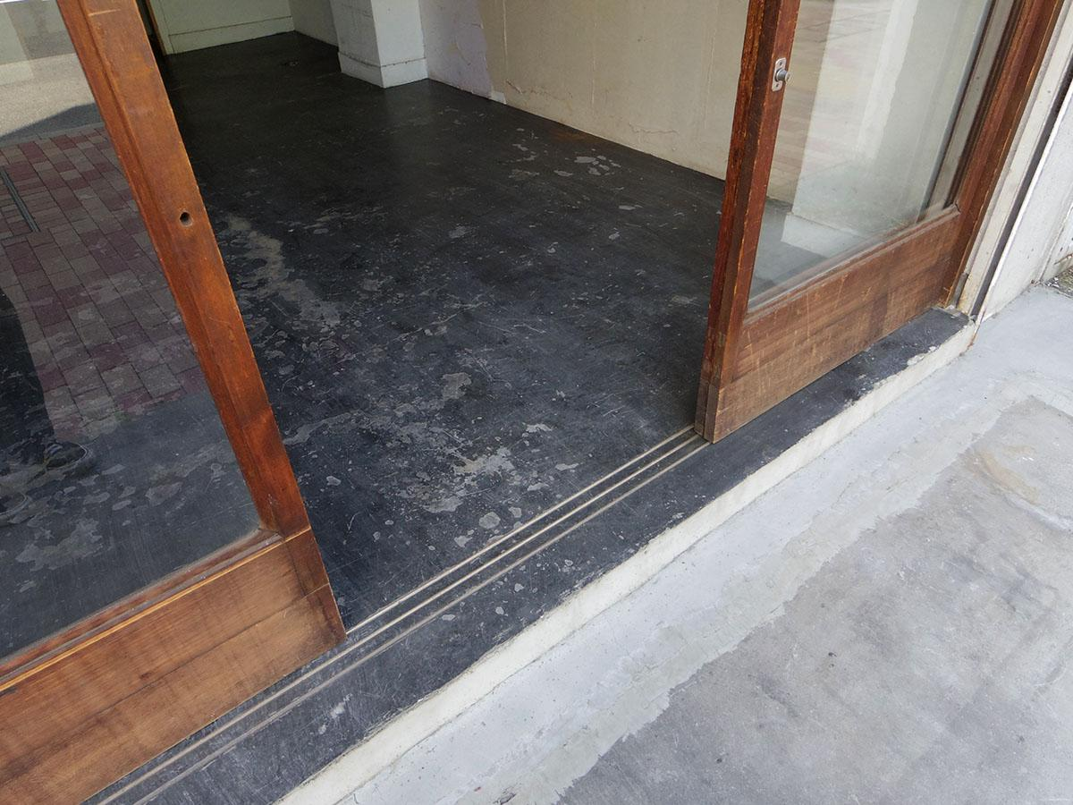 102号室:床は黒っぽいモルタル