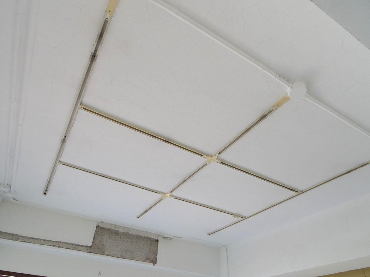 102号室:天井は白く塗装済み